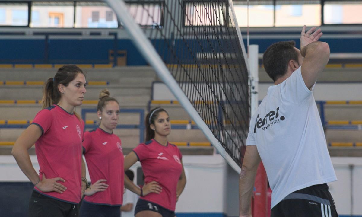 Gotuzzo explica una acción a Florian, Brun y Martínez.